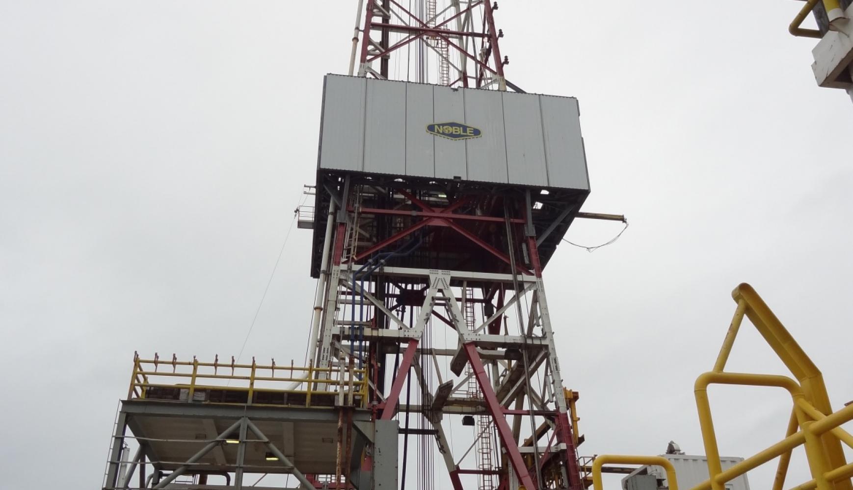 Noble Drilling Discoverer Derrick, oil rig mooring